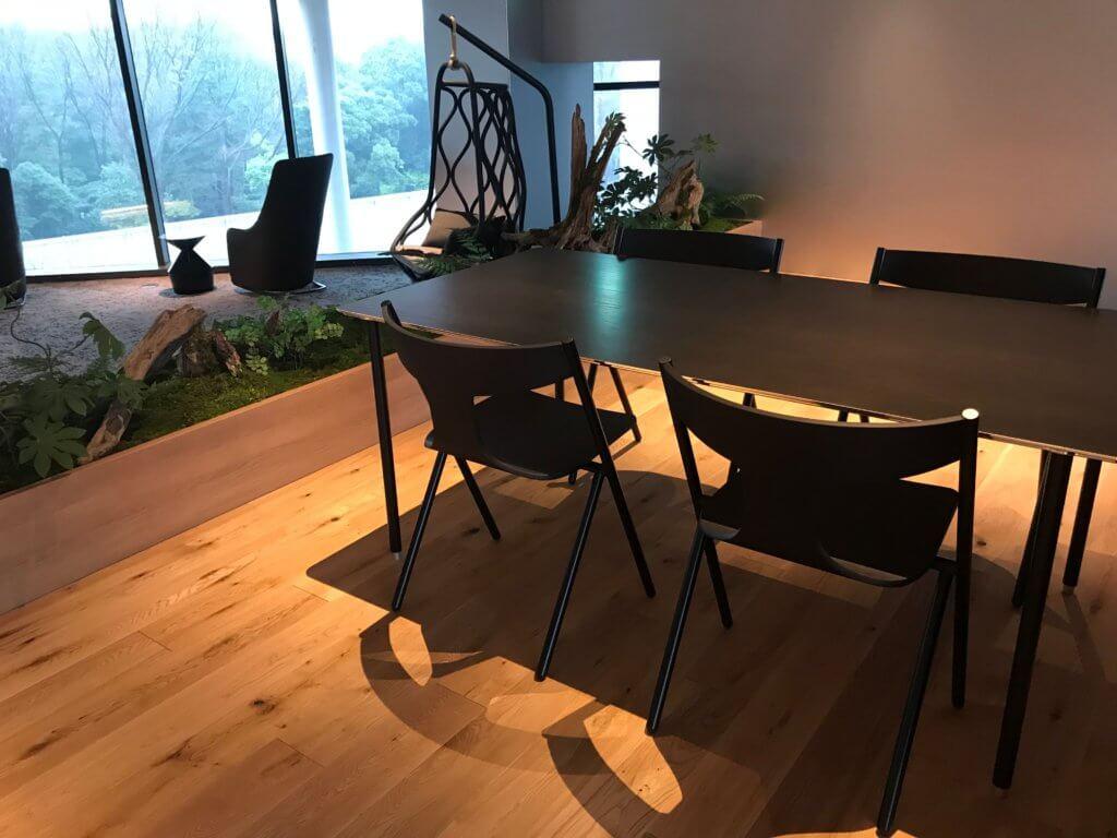 PC作業がしやすそうなテーブル&椅子も完備!